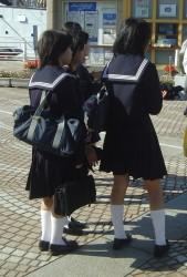 Japanse schoolmeisjes in hun matrozenpak
