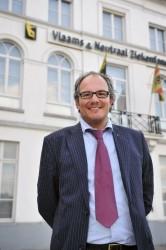Jürgen Constandt voor de hoofdzetel van het V&NZ in Mechelen