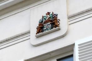 Wapenschild op gemeentehuis