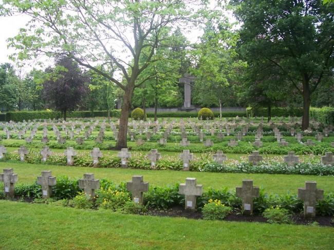 op de achtergrond een groot oorlogskruis op de begraafplaats in Mortsel-dorp. (foto Johan Verstraelen)