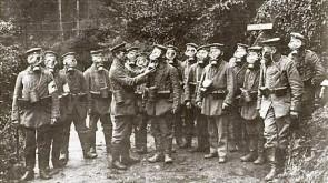 Duitse soldaten dragen een gasmasker